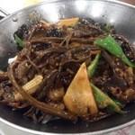 京華閣 - ・干锅茶香牛柳 1380円 茶樹菇と牛肉の干鍋
