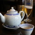 MAO - 料理写真:サービスのお茶と本日のお酒・恵比寿中瓶