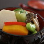 神宗 - フタをとって壱段目はたき合わせ。 里芋、カボチャ、蕗、シメジ、空豆など。ご自慢の出汁がしみこんでいます
