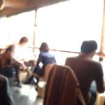 3rd Stone Cafe - 窓際席は窓が大きくていい感じ