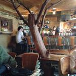 3rd Stone Cafe - 店内には大きな木。癒されます