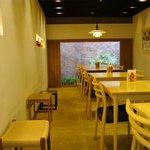 カフェレストラン やよい - 温かみのある店内