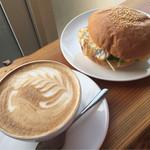 グリーンファームカフェ - ベーコンエッグバーガー単品+カフェラテ