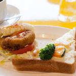 クレプスキュール・カフェ - パンランチ(緑黄色野菜とベーコングラタントースト&白身魚のコロッケサンド)コーヒー付き:550円