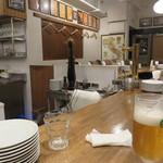 酒飲めイタリアン マカロニ - 店内は厨房を囲む大きなカウンター席のみです。