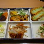 やよい軒 - 2015.03 彩定食のおかず(煮物2種類、コロッケ、やっこ、鶏の照り焼き、サラダ)