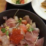 魚屋直営食堂 魚まる - バター焼きに付いてる海鮮丼