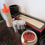 ラーメン しんちゃん - 卓上には、コショウ・紅ショウガ・ゴマ。