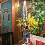 キッチン男の晩ごはん 女の昼ごはん - 店内は映画のポスターやレコードなどが飾られている