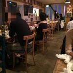 TAVERNA UOKIN - テーブル席は若干窮屈かな?右側にはカウンターも有ります