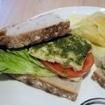 ブルー オーシャン カフェ - トマト&バジルチキンサンドイッチ