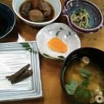 郷土料理 おば古 - ランチ:筑前煮、三つ葉の胡麻和え、味噌汁、香の物
