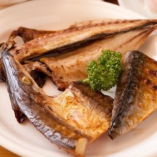 新鮮な地物の魚を1枚1枚手作りで作った自家製干物