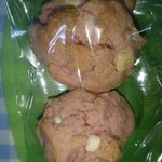 36193381 - 試食に苺のクッキー2粒を頂戴し得した気分です♪(*^^*)どアップだから実物の大きさと程遠いです(^_^;)