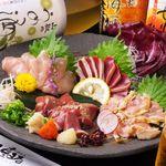 二重まる - 料理写真:超新鮮な地鶏の盛合せ。このボリュームで980円(税抜)なので、リピーターさんに大好評頂いております!!