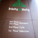 トリニティーアンドユニティー - 2階に着きました。ここがお店のドアですよ。昼間はcafeで夜はbarになっているようです。今回はcafeタイムに来ましたよ。
