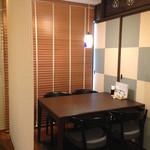バラモン食堂 - 奥のテーブル席、半個室、お隣の席とはロールカーテンで仕切られています。