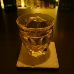 バー プリベ - バカラのグラスにカットされたアイスが映えます