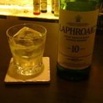 バー プリベ - 2杯目は、ラフロイグ   シングルロック