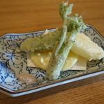 手打蕎麦 椋庵 - 天ぷら:タラの芽、スナップエンドウ、新玉ネギ、新ジャガ芋