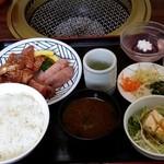 焼肉うえむら - タンとカルビのセット。 1200円。