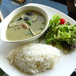 バンザイカフェ - タイ風グリーンカレー ココナッツミルクの甘さとスパイスの辛さがやみつきです。