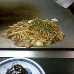 ストレリチア - 料理写真:そば焼き(豚)・どろソース