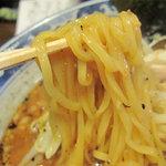 麺屋 黒船 - 麺は平打ちっぽい卵麺です。ちなみに替玉は150円だそうです。