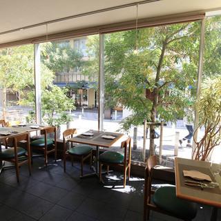 駅近にこんな開放的な空間があります!徳川慶喜公のお膝元。