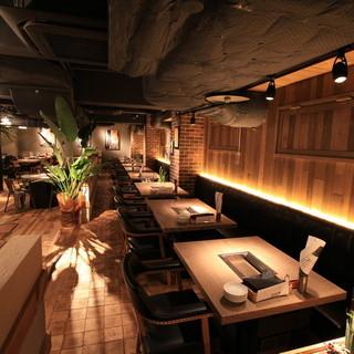 開放的なお洒落空間でこだわりの熟成肉とワインをお楽しみ下さい