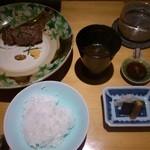 36239844 - 目の前の土鍋で炊かれたご飯とお肉です