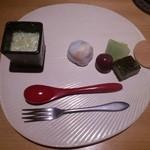 36239856 - うちわの形をしたお皿でデザートが運ばれてきました。