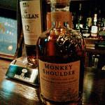 ANNIE HALL BAR - モンキーショルダー。ボトルの肩には猿がのってます