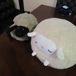 36243485 - 羊さんがソファに居ました。誰かテーブルに置きました?