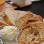 ひ路花 - 北鎌倉のパン盛り合わせ  ブーンベーカリーより2種類&クリームチーズ