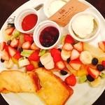 ラ・ヴェリテ - 季節限定のフレンチトーストはフルーツもりもり‼︎♥︎♥︎ 最高♡