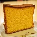 御菓子司 高岡福信 - カステーラ 君が代(玉子をたっぷり使っているから断面が濃い黄色ですね)