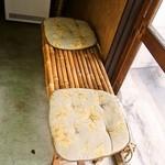 御菓子司 高岡福信 - 店内には椅子もあります