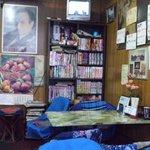 玉蘭 - お店の奥には本棚があり、古いマンガが並べられています。料理が出るまで楽しみましょう。