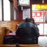 新駒 - 奥から入口とテーブル席を見る