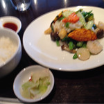 36252848 - 日替わりランチ(エビとイカのあっさり炒め)のメインとご飯とザーサイ