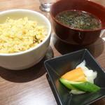 鉄板ラウンジ 旬 - ガーリックライス・お味噌汁・漬け物