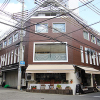 HANAZONO CAFE - 元町トアウェスト。レトロなビルの2F!