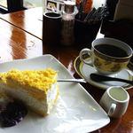 珈琲びーんず - 生チーズケーキ」320円+「珈琲・パプアニューギニア」480円…ケーキセット扱いで、計700円