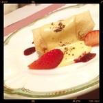 イタリッチ - コースのデザート。苺クレープ。そうそう、ここの食器、全部ノリタケでした‼️ପ(⑅ˊᵕˋ⑅)ଓ