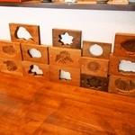 和菓子 isshin - 和菓子の木型がいろいろ並べてある