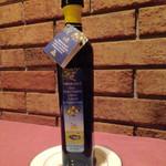 イタリッチ - テーブルにセットされてあるレモンのオリーブオイル