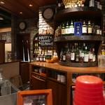 ハイボールバー サニーサイド1923 - カウンターバックはウイスキーでいっぱい。