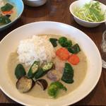 マリゾー - グリーンカレー。甘さの後にスパイスの辛さが来て、おいしい!野菜がたっぷり入ってるのは嬉しい。サラダ付き。