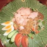 タマンサリ - 温野菜にピーナッツ等で出来たソースをかけたサラダ